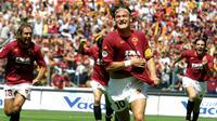 4. AS Roma - Dengan pelatih Fabio Capello, Francesco Totti dan kawan-kawan berhasil menjadi juara tahun 2001. Kala itu skuat diisi bintang dunia seperti Gabriel Batistuta dan Cafu. (Photo by GABRIEL BOUYS / AFP)