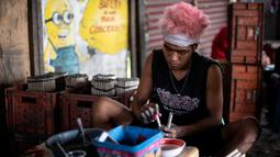Pekerja menyelesaikan pembuatan kembang api untuk perayaan Tahun Baru 2019 di Bocaue, Bulacan, Manila Utara (26/12). (AFP Photo/Noel Celis)