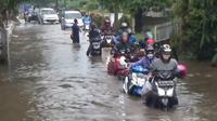 Akses jalan dari dan menuju Kota dan Kabupaten Tangerang, lumpuh total, sebab digenangi air setinggi 80 cm. (Foto:Liputan6/Pramita Tristiawati)