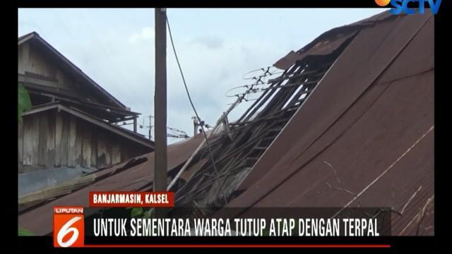 Setelah reda, warga langsung bergotong royong membenahi kerusakan, antara lain memasang terpal untuk menutup atap rumah yang rusak.