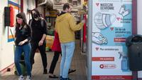 Seorang pria membeli produk dari mesin penjual otomatis yang menjual masker, sarung tangan, dan cairan pembersih tangan di Warsawa, Polandia, Sabtu (11/4/2020). Kementerian Kesehatan Polandia mencatatkan 6.088 kasus virus corona COVID-19 dengan 195 kematian. (Xinhua/Zhou Nan)