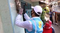Petugas PLN berbincang dengan seorang ibu saat melakukan pencatatan meteran listrik di rumah warga kawasan Kebayoran Baru, Jakarta, Selasa (30/6/2020). Pengerahan petugas dilakukan untuk memastikan kesesuaian antara tagihan rekening listrik pelanggan dengan penggunaannya. (Liputan6.com/Angga Yuniar)