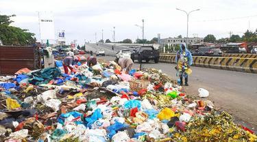 Aksi dari Koalisi Sapu Bersih di tumpukan sampah Pekanbaru karena tak kunjung diangkut petugas.