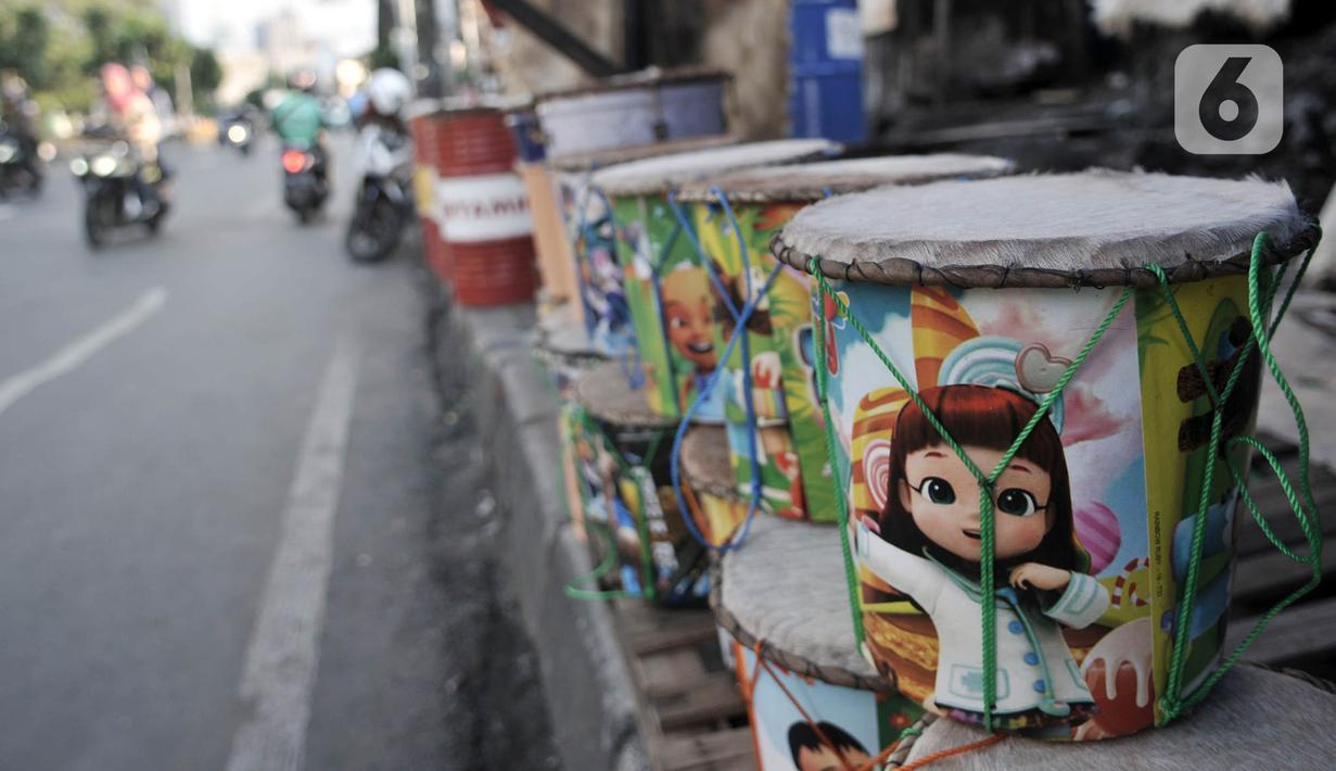 Penjual beduk saat menunggu pembeli di kawasan Tanah Abang, Jakarta, Selasa (19/5/2020). Merebaknya pandemi virus corona Covid-19 di Ibu Kota menyebabkan omset penjualan beduk di Tanah Abang menurun hingga 70 persen. (merdeka.com/Iqbal Nugroho)