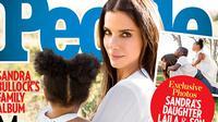 Dalam sampul majalah People edisi Desember ini terdapat gamabar Sandra Bullock menggendong Laila (sumber foto: People.com)