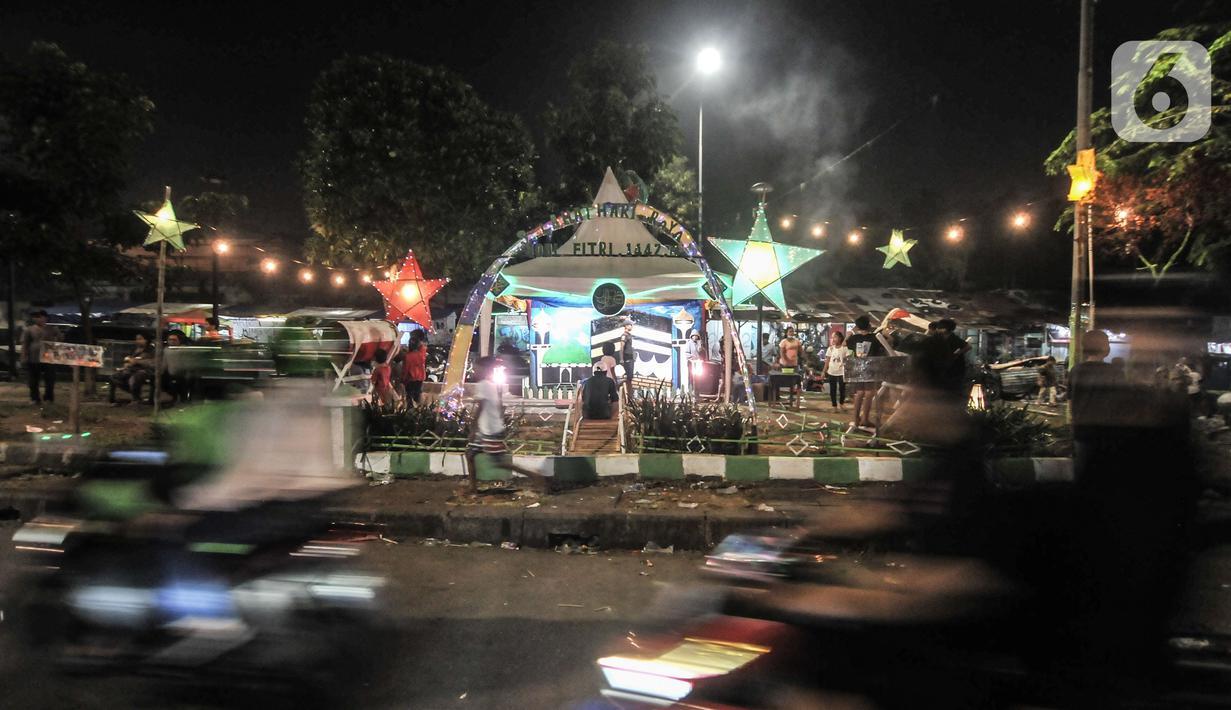 Suasana malam takbiran Idul Fitri di kawasan Manggarai, Jakarta, Rabu (13/5/2021). Tradisi merayakan malam takbiran dengan memainkan bedug dan membuat hiasan bernuansa Islam masih terlihat di pinggiran Ibu Kota meski berada di tengah pandemi Covid-19. (merdeka.com/Iqbal S. Nugroho)
