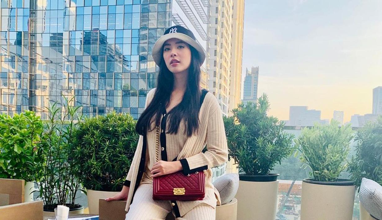 Di akun Instagramnya, Elvira Devinamira selalu membagikan aktivitasnya sehari-hari. Ia pun kerap memposting berbagai gayanya dalam balutan baju yang berbeda-beda. (Liputan6.com/IG/elviraelph)