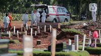 Petugas Suku Dinas Pertamanan dan Pemakaman menurunkan jenazah pasien COVID-19 di TPU Pondok Rangon, Jakarta, Rabu (17/6/2020).  Meski  Fase pertama PSBB transisi di Ibukota diberlakukan pertambahan pasien terus meningkat sampai hari ini. (Liputan6.com/Johan Tallo)