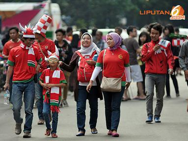 Laga kualifikasi piala AFC yang berlangsung di Stadion GBK Jakarta juga dijadikan sarana hiburan bagi keluarga yang ingin menyaksikan dan mendukung langsung Garuda Muda berjuang (Liputan6.com/Helmi Fithriansyah)