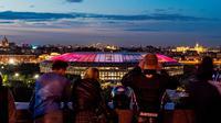 Sejumlah warga menikmati suasana malam dengan latar belakang Stadion Luzhniki, Moscow, Kamis,(6/7/2017). Stadion Luzhniki akan menjadi stadion untuk pembukaan dan penutupan Piala Dunia 2018 Rusia. (AFP/Mladen Antonov)