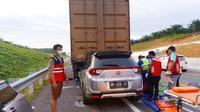 Kecelakaan lalu lintas di Jalan Tol Permai yang menelan korban jiwa. (Liputan6.com/M Syukur)