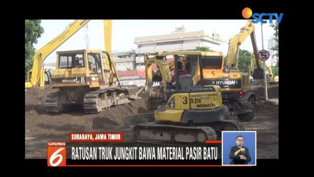 Pemkot Surabaya terjunkan ratusan truk jungkit berisi material pasir batu untuk menimbun bagian Jalan Gubeng yang ambles.