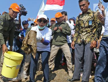 Bersih-Bersih Pantai Timur Ancol Bersama Menteri Susi