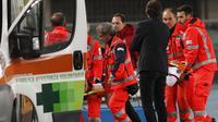 Pemain AC Milan, Davide Calabria ditandu menuju mobil ambulance setelah mengalami cedera saat melawan Chiveo pada laga Serie A di Bentegodi stadium, Verona, (25/10/2017). AC Milan menang 4-1. (Filippo Venezia/ANSA via AP)