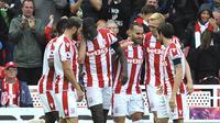 Para pemain Stoke City merayakan gol yang dicetak oleh Jese Rodriguez, ke gawang Arsenal pada laga Premier League di Stadion Bet365, Sabtu (19/8/2017). Stoke City menang 1-0 atas Arsenal. (AP/Rui Vieira)