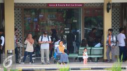 Calon penumpang menunggu jadwal keberangkatan dari bandara Adisucipto,Yogyakarta, (6/2).Setelah di tutup pada 5/2 sore kemaren akibat cuaca buruk, bandara di buka kembali mengantisipasi lonjakan penumpang jelang liburan imlek. (Liputan6.com/Boy Harjanto)