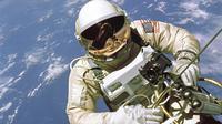 Edward White selama misi Gemini 4, ia menjadi astronaut Amerika pertama yang melakukan perjalanan ke angkasa luar. (Public Domain)