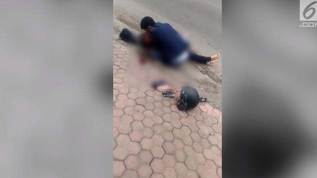 Seorang Pria menangis histeris di pinggir jalan saat mengetahui kekasihnya tewas.