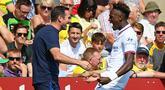 Striker Chelsea, Tammy Abraham, bersama Frank Lampard merayakan gol ke gawang Norwich pada laga Premier League di Stadion Carrow Road, Norwich Sabtu (24/8). Norwich kalah 2-3 dari Chelsea. (AFP/Daniel Leal-Olivas)