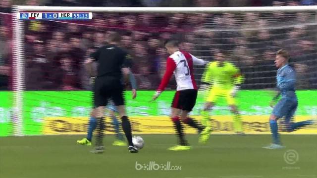 Robin van Persie menandai kiprahnya sebagai starter bersama Feyenoord dengan memberi kemenangan 1-0 juara bertahan Liga Belanda at...