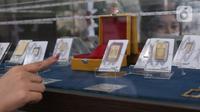 "Karyawati menunjukkan replika emas logam mulia di Butik Emas LM ANTAM,  Jakarta,Senin (19/10).Harga emas batangan PT Aneka Tambang Tbk (ANTM) atau emas Antam pada perdagangan Senin, 19 Oktober 2020, stabil sejak dua hari lalu. ""Harga emas batangan satu gram Rp 1.008.000. (Liputan6.com/Angga Yuniar)"