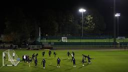 Para pemain timnas Prancis mengikuti sesi latihan di Clairefontaine-en-Yvelines, barat daya Paris, Selasa (10/11/2020). Prancis akan beruji coba melawan Finlandia di Stade de France pada Kamis (12/11/2020) dini hari WIB dalam pertandingan persahabatan internasional. (Yoan VALAT/POOL/AFP)
