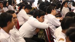Peserta menunggu tes Seleksi Kompetensi Dasar (SKD) calon pegawai negeri sipil (CPNS) di Gedung Wali Kota Jakarta Selatan, Jumat (26/10). Tes SKD CPNS yang sedianya dimulai pukul 08.00 WIB namun molor. (Liputan6.com/Immanuel Antonius)