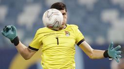 Uruguay yang harus menang jika ingin lolos ke babak selanjutnya gagal memanfaatkan banyak peluang mencetak gol usai kiper Bolivia Carlos Lampe tampil apik menghalau sejumlah pemain Uruguay untuk mencetak gol. (Foto: AP/Andre Penner)