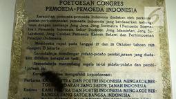 Petugas membersihkan prasasti Putusan Kongres Pemuda-Pemuda Indonesia di Museum Sumpah Pemuda, Jakarta, Selasa (23/10). Sumpah Pemuda terjadi pada tanggal 28 Oktober 1928. (Merdeka.com/Imam Buhori)