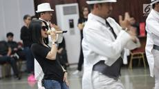 Penyanyi Syahrini saat berlatih vokal dan koreografi di gedung Nyi Ageng Serang, Kuningan, Jakarta, Kamis (18/9). Latihan itu digelar sebagai persiapan konser bertajuk Journey of Syahrini: 10 Tahun Jambul Khatulistiwa. (Liputan6.com/Faizal Fanani)