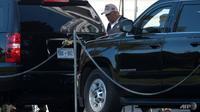 Presiden Donald Trump berjalan ke iring-iringan mobilnya di luar Gedung Putih pada 8 November 2020, menuju ke lapangan golf terdekat sehari setelah jaringan AS menyatakan kekalahannya dari Demokrat Joe Biden. (Foto: AFP / Andrew Caballero-Reynolds)