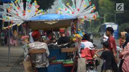 Pengunjung bersiap menaiki delman hias di Monumen Nasional (Monas), Jakarta, Sabtu (15/6/2019). Sebelumnya delman hias tersebut dilarang kini beroperasi kembali, delman tersebut mengenakan tarif pada pengunjung bervariasi untuk berkeliling di luar IRTI Monas. (merdeka.com/Imam Buhori)