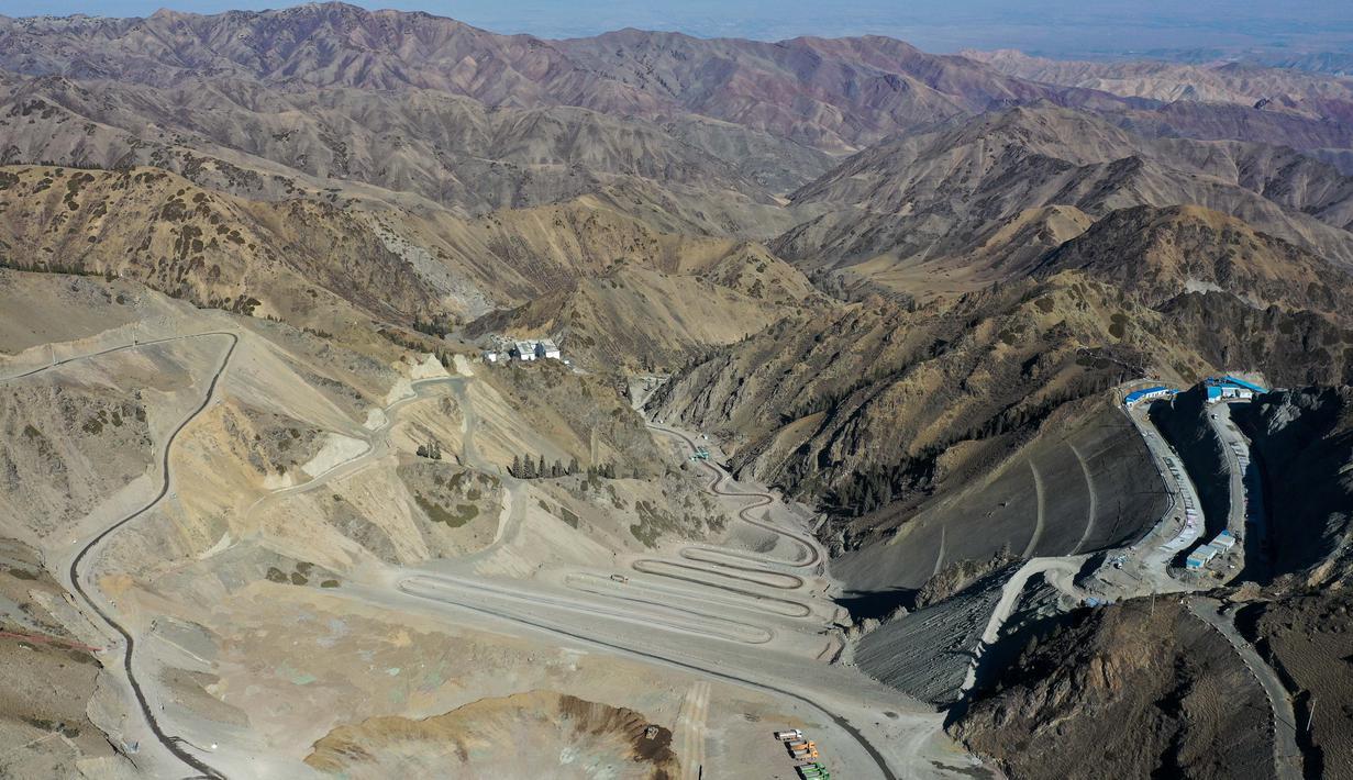 Foto dari udara ini menunjukkan lokasi pembangunan Stasiun Pembangkit Listrik Tenaga Pompa Fukang di Kota Fukang, Daerah Otonom Uighur Xinjiang, China, 15 Oktober 2020. Stasiun itu merupakan stasiun pembangkit listrik tenaga pompa pertama yang sedang dibangun di Xinjiang. (Xinhua/Ding Lei)