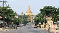 """Suasana jalanan yang kosong di samping Pagoda Shwedagon, Yangon, Myanmar, Rabu (24/3/2021). Demonstran menyerukan """"silent strike"""" sebagai protes terhadap kudeta militer di Myanmar. (AFPTV/AFP)"""