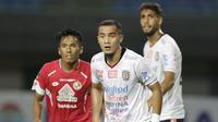 Bek Bali United, Gunawan Dwi Cahyo, saat melawan Semen Padang pada laga Piala Presiden 2019 di Stadion Patriot, Jawa Barat, Senin (11/3). Bali United menang 2-1 atas Semen Padang. (Bola.com/M Iqbal Ichsan)