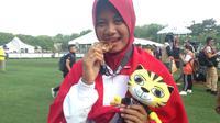 Pepanah Indonesia, Diananda Choirunisa, meraih medali emas SEA Games 2017 dari panahan nomor recurve putri di National Sports Complex, Kuala Lumpur, Minggu (20/8/2017). (Bola.com/Benediktus Gerendo Pradigdo)