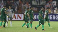 Pemain PSMS tertunduk usai jeda laga melawan Persija pada laga pertama semifinal Piala Presiden 2018 di Stadion Manahan, Solo, Jawa Tengah, Sabtu (10/2). Persija menang 4-1. (Liputan6.com/Helmi Fithriansyah)