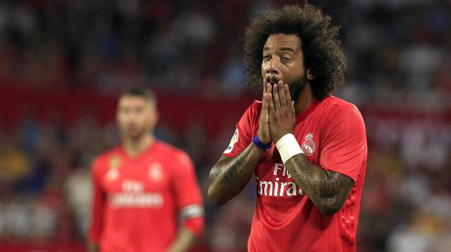 Bek Real Madrid, Marcelo, tampak kecewa usai ditaklukkan Sevilla pada laga La Liga di Stadion Ramon Sanchez Pizjuan, Rabu (26/9/2018). Sevilla menang 3-0 atas Real Madrid. (AP/Miguel Morenatti)