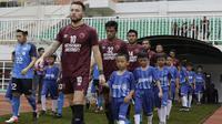 Sejumlah anak-anak dari suporter PSM Makassar menjadi pendamping saat laga Piala AFC melawan Home United di Stadion Pakansari, Bogor, Selasa (30/4). Kesempatan ini diberikan oleh Allianz sebagai salah satu sponsor. (Bola.com/Yoppy Renato)