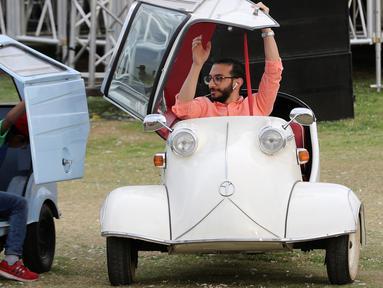 """Seorang pria menaiki mobil model 'Kabinenroller' klasik Messerschmitt KR200 saat pertemuan klasik Kairo ke-7 di Kairo, Mesir (23/3). Sebanyak 250 mobil klasik hadir dalam acara bertajuk """"7th Cairo Classic Meet"""". (Reuters/Mohamed Abd El Ghany)"""