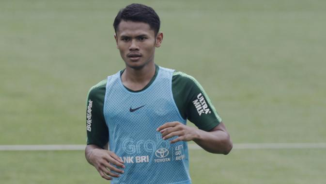 Pemain Timnas Indonesia U-22, Dimas Drajad, mengamati rekannya saat latihan di Stadion Madya, Jakarta, Selasa (15/1). Latihan ini merupakan persiapan jelang Piala AFF U-22. (Bola.com/Yoppy Renato)