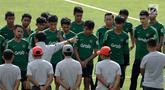 Pemain Timnas Indonesia U-22 berkumpul sebelum memulai latihan di Stadion Madya Senayan, Jakarta, Kamis (17/1). Latihan ini merupakan persiapan jelang Piala AFF U-22. (Bola.com/Yoppy Renato)