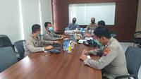 Ombudsman RI Perwakilan Jawa Timur saat berkomunikasi dengan sejumlah pihak di Mapolda Jawa Timur pada Rabu (7/4/2021).