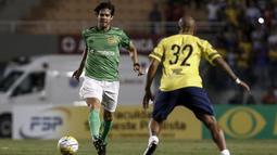 Gelandang legendaris Brasil, Kaka, berusaha melewati lawannya pada laga amal. Seluruh pendapatan dari pertandingan amal ini akan didonasikan bagi para korban jatuhnya pesawat yang mengangkut skuat Chapecoense. (AFP/Miguel Schincariol)