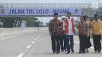 Presiden Jokowi didampingi menteri dan pejabat daerah Jawa Tengah meninjau kondisi jalan tol Sragen-Ngawi seusai peresmian di kilometer 538 jalan tol Solo-Ngawi, Rabu (28/11). Jalan tol itu akan digratiskan selama seminggu. (Liputan6.com/Angga Yuniar)