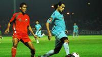 Pemain Persela, Riduane Barkaoui berusaha melewati pemain Persija Jakarta, Amrizal dalam lanjutan pertandingan Indonesia Super League 2010/2011 di Stadion Surajaya Lamongan, Jawa Timur. (Antara)