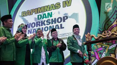 Ketua Umum PPP M. Romahurmuziy memukul gong didampingi jajarannya dalam pembukaan Rapat Pimpinan Nasional (Rapimnas) IV dan Workshop Nasional Anggota DPRD PPP di Jakarta, Selasa (26/2). (Liputan6.com/Faizal Fanani)