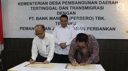 Mendes PDTT Eko Putro Sandjojo (tengah) menyaksikan Sekjen Kemendes PDTT Anwar Sanusi (kiri) dan Dirut Bank Mandiri Kartika Wirjoatmodjo (kanan) menandatangani berkas kerja sama di Kantor Kemendes PDTT, Jakarta, Senin (30/9/2019). (Liputan6.com/Angga Yuniar)