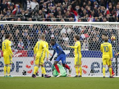 Paul Pogba (tengah) mencetak satu gol untuk kemenangan Prancis saat melawan Swedia pada laga grup A Kualifikasi Piala Dunia 2018 di Stade de France Stadium, Saint-Denis, Prancis, (11/11/2016). Prancis Menang 2-1. (AP/Christophe Ena)