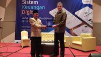 CEO Infradigital Nusantara Ian Mckenna tengah memberikan cenderamata kepada Sekda Tasikmalaya Muhammad Zen, sebelum pelaksanaan pelatihan digitalisasi data dan keuangan di Tasikmalaya, Jawa Barat (Liputan6.com/Jayadi Supriadin)